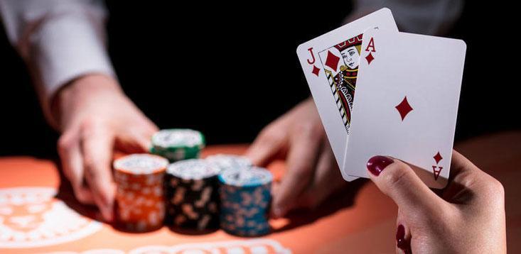 21 es la mano ganadora en el blackjack en línea.